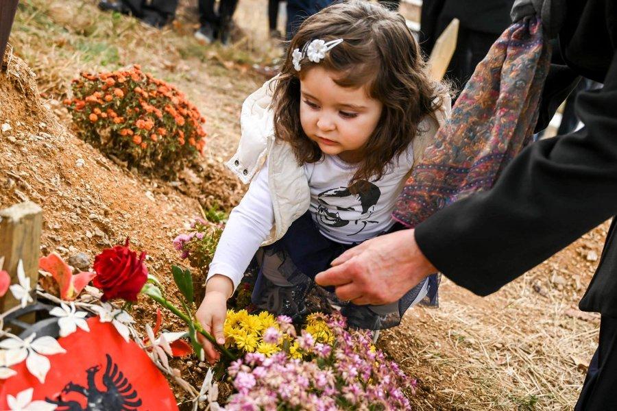Vetëvendosje marshim në Prishtinë për 3-vjetorin e vdekjes së Deharit, vajza vendos lule te varri