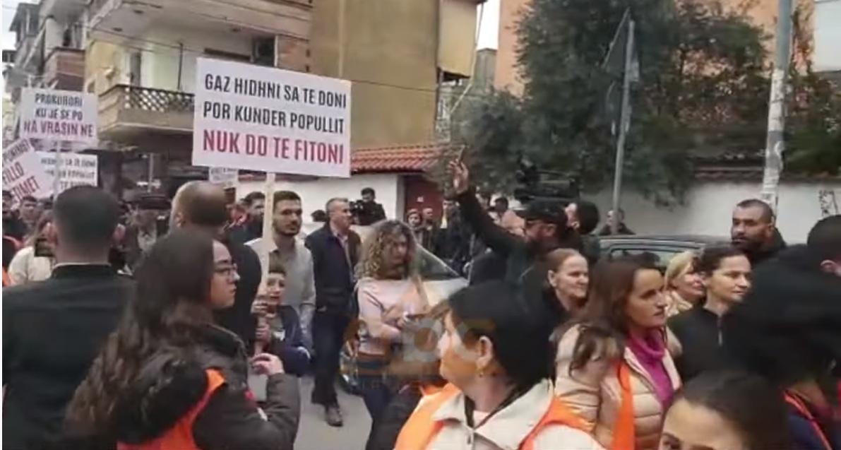 """""""Hetoni projektin e skandaloz"""": Banorët e Unazës mbërrijnë para prokurorisë"""