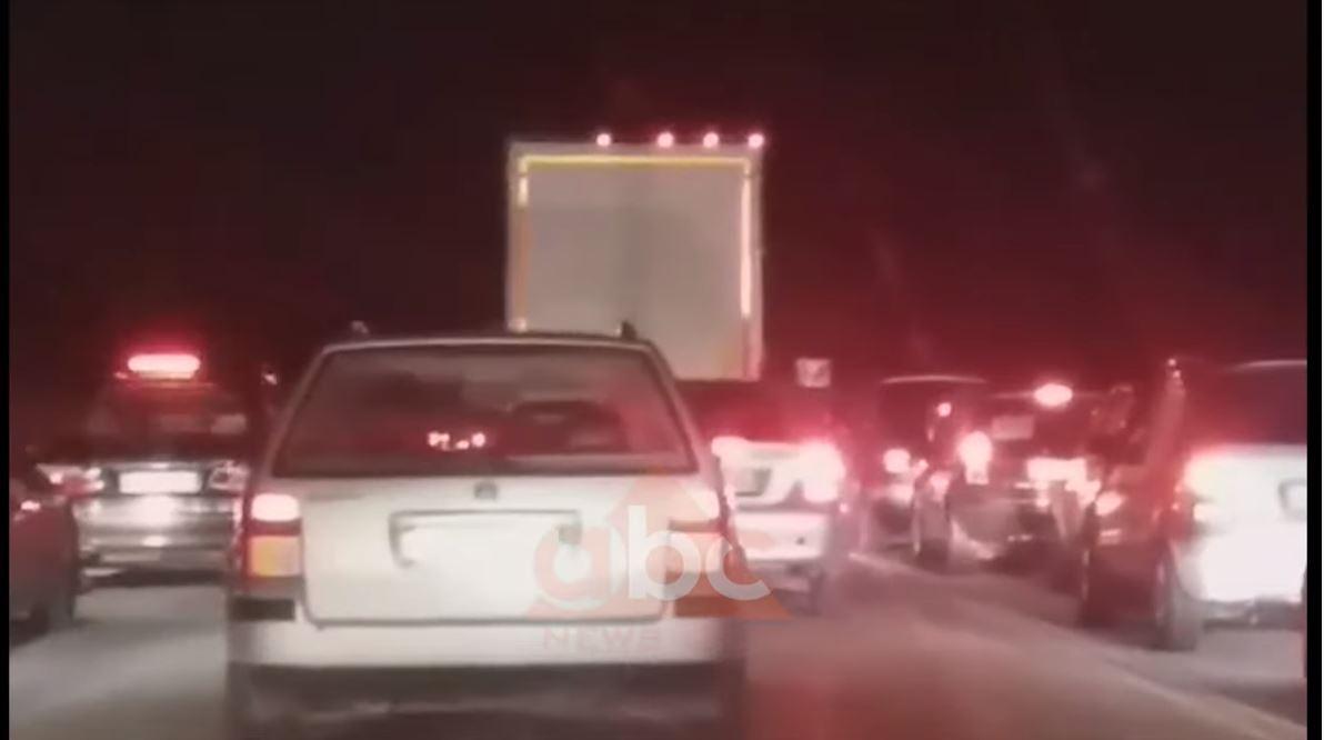 VIDEO/ Frika nga tërmetet, bllokohet rruga Tiranë-Elbasan