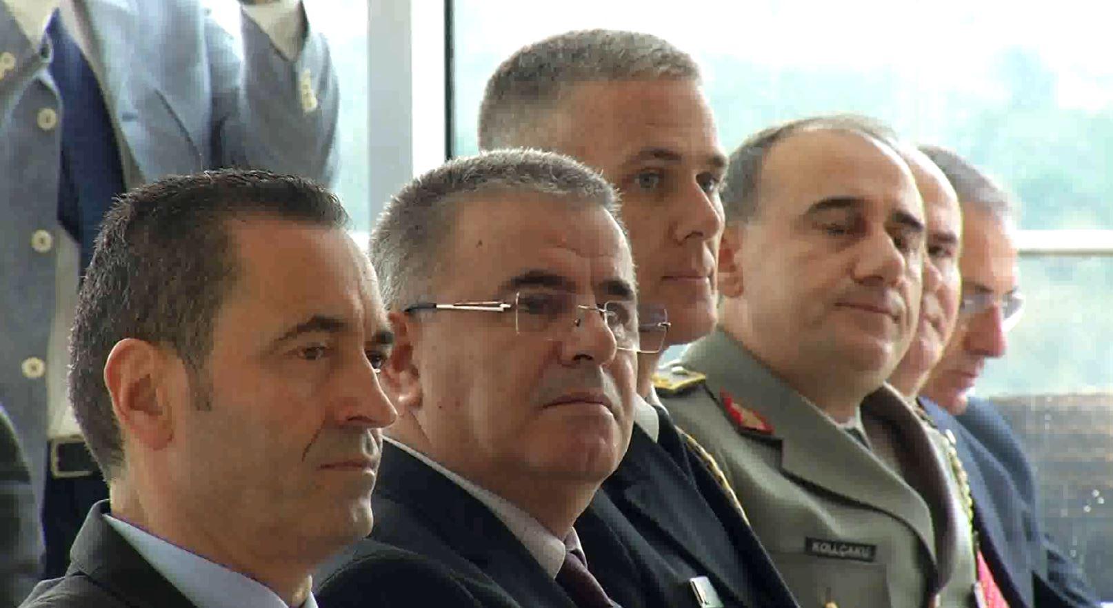 Politikës shqiptare i dërgohen mesazhe në shqip dhe gjuhë të huaj: Dialogoni!