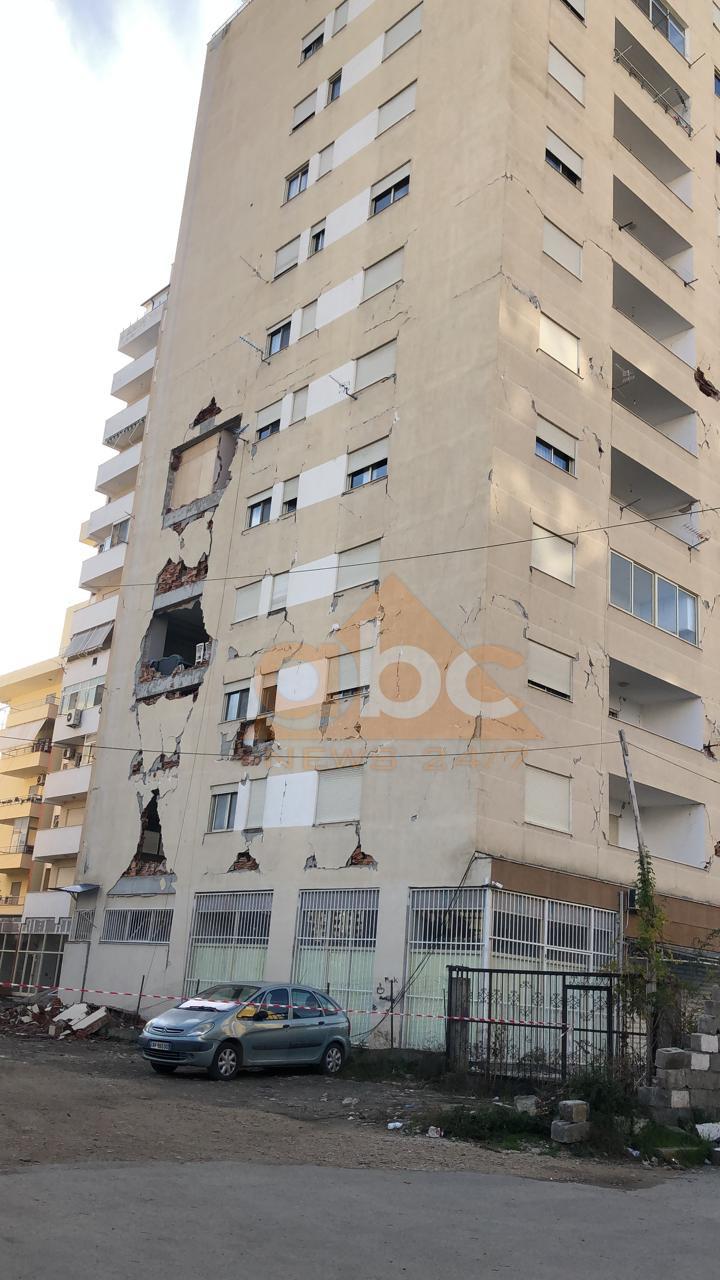 VIDEO/ Pallati 12-katësh i dëmtuar, njerëzit rrezikojnë për orenditë
