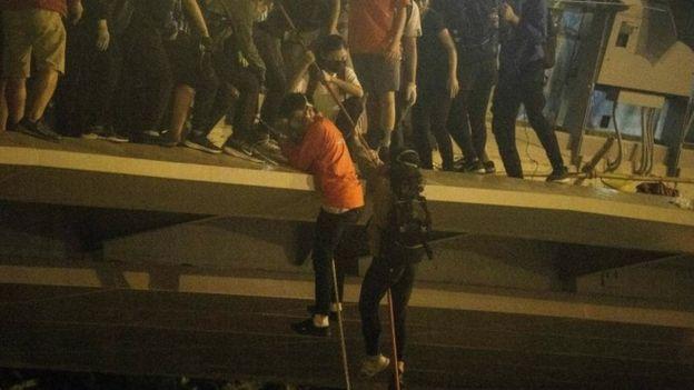 Mbi 100 studentë ende të mbyllur në universitet në Hong Kong, guvernatorja: Dorëzohuni në paqe