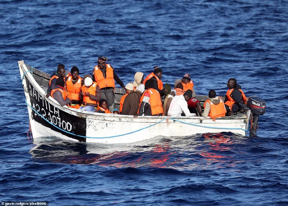 Shpëtohen 24 emigrantë, në gjendje të rënduar shëndetësore