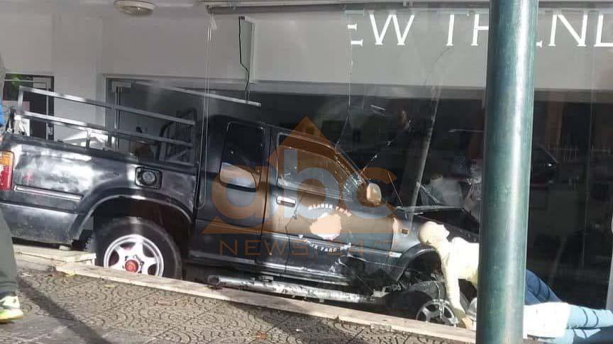 Aksident në Sarandë / Automjeti përfundon brenda në dyqan