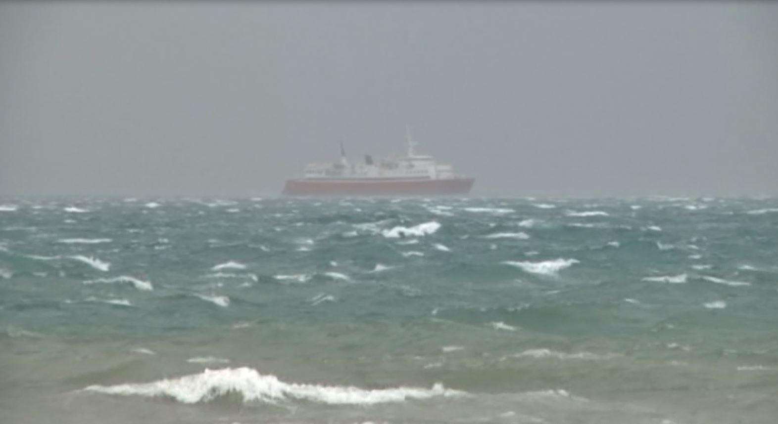 Pezullohen disa nga lundrimet Durrës-Bari, shkak moti i keq