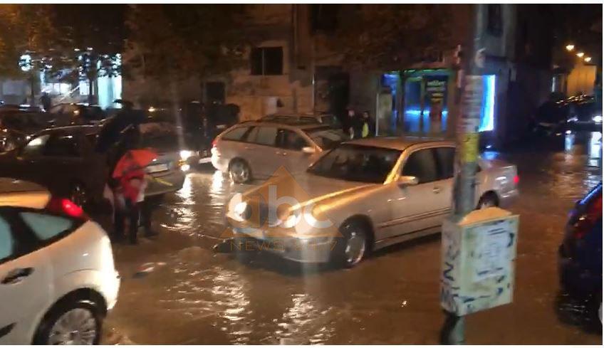 Përmbytje masive në Durrës, pak minuta shi shkaktojnë kaos në qytet
