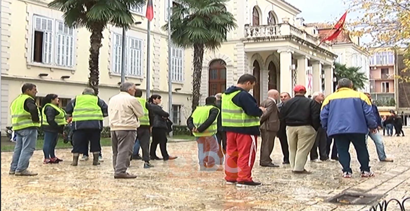 Protestë në Shkodër, 50 punonjës të ndërmarrjes së pastrimit mbesin pa punë