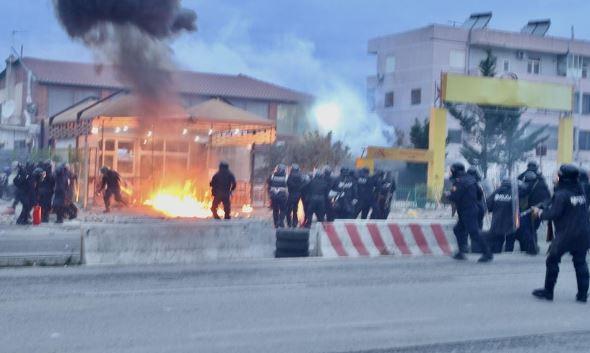 Përplasja tek Unaza, policia thotë se u lënduan vetëm 7 banorë dhe 5 efektivë