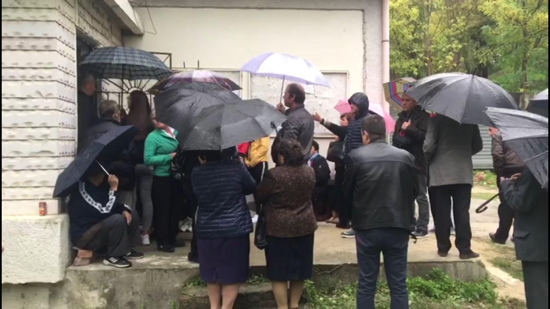 Radhët s'kanë fund, banorët e Kuçovës: Ka vetëm një sportel për shpërndarjen e pasaportave