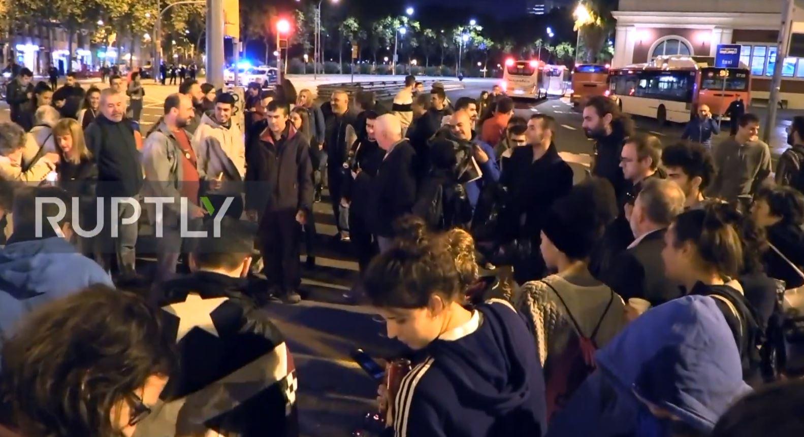 Mbreti Felipe i Spanjës përballet me manifestuesit në Barcelonë