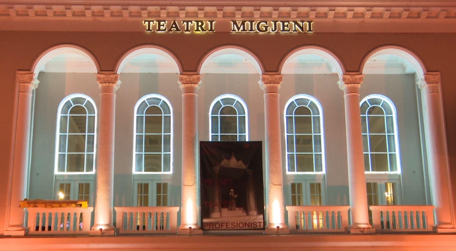 """70 vjetori i teatrit """"Migjeni"""" në Shkodër, gjatë ceremonisë fiken dritat"""