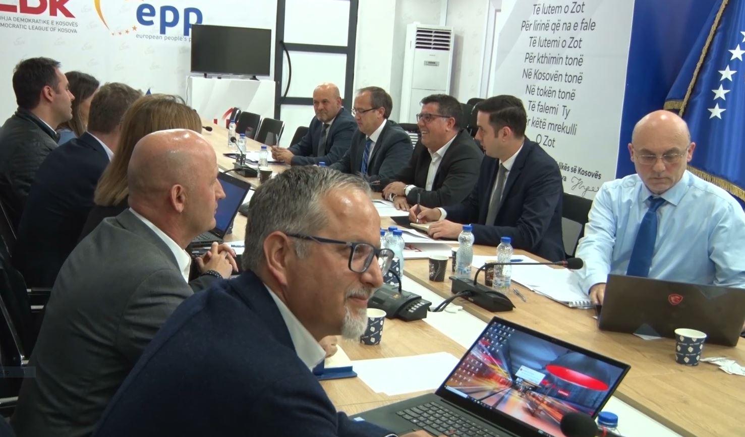 Admirali James Foggo thirrje partive politike për reformimin e qeverisë në Kosovë