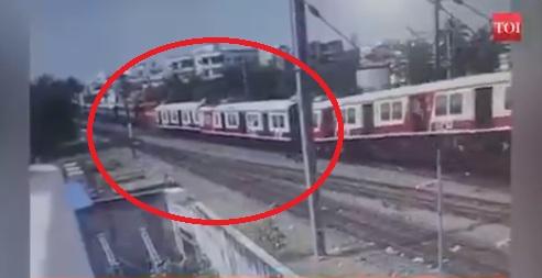 VIDEO/ Kamerat e sigurisë kapin momentin kur dy trena përplasen kokë më kokë