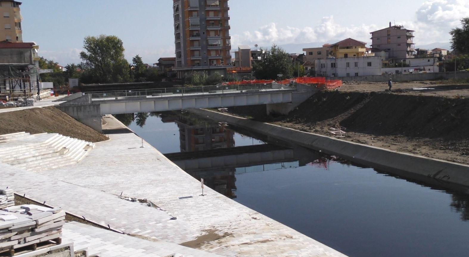 Fier, rehabilitimi i qendrës transformon urat mbi Gjanicë