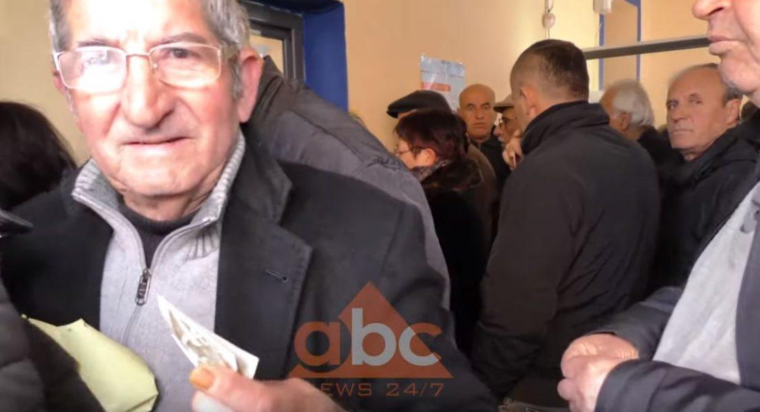 VIDEO/ Pensionistët, në radhë të gjata për 3 mijë lekë: Po na japin gjysmë gjeli