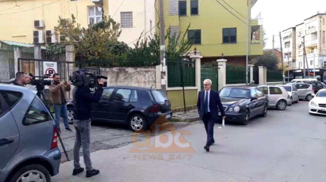 VIDEO/ Ardian Dovrani në prokurori, për herë të parë i buzëqeshur me gazetarët