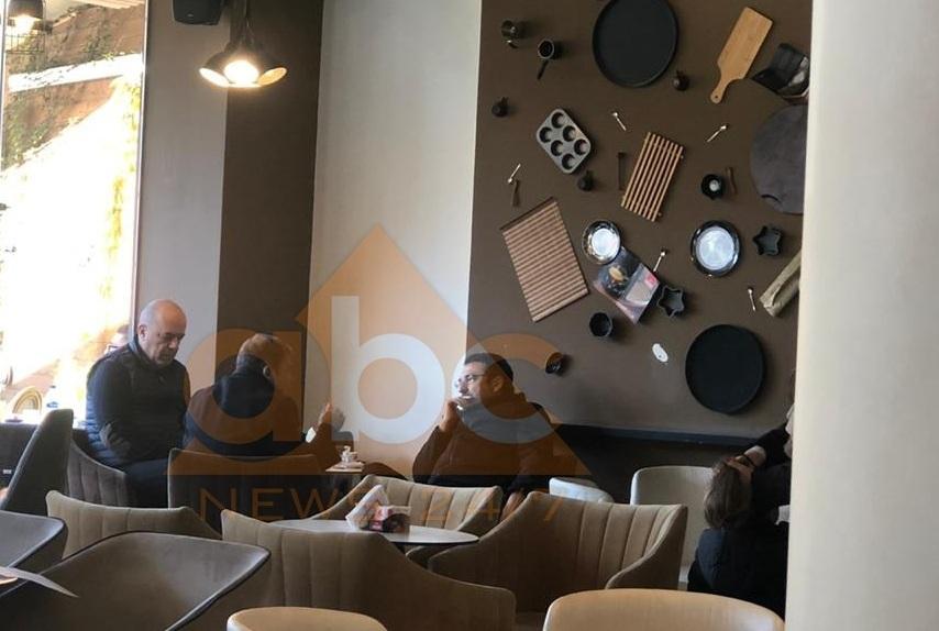 FOTO-LAJM/ Çuçi del nga mbledhja dhe fotografohet në kafe me Dakon dhe Çelën