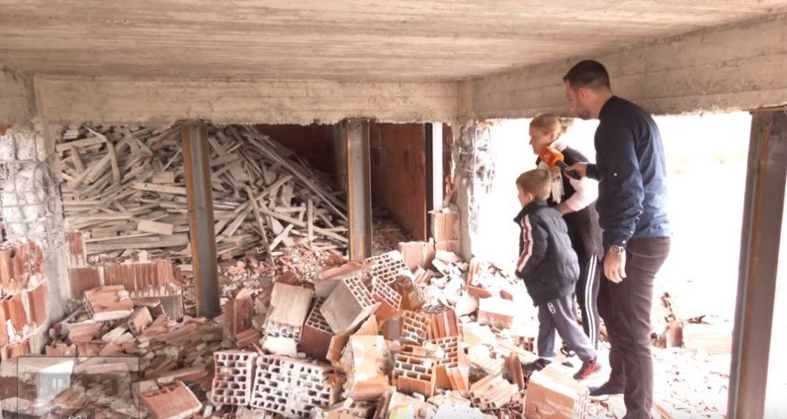 """""""Hekura mbajtes në vend të kollonave të betonit"""", banorët në Manzë riparojnë vetë dëmet në banesa"""
