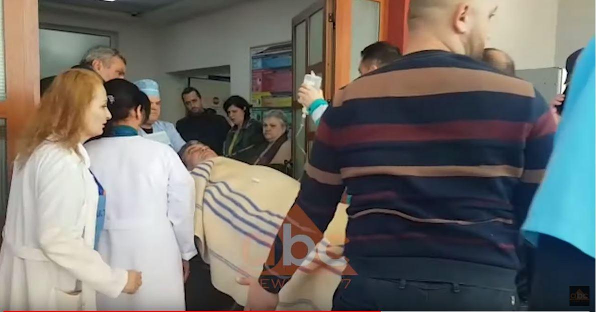 VIDEO / Mbërrin tek spitali i traumës Kryebashkiaku i Lushnjes