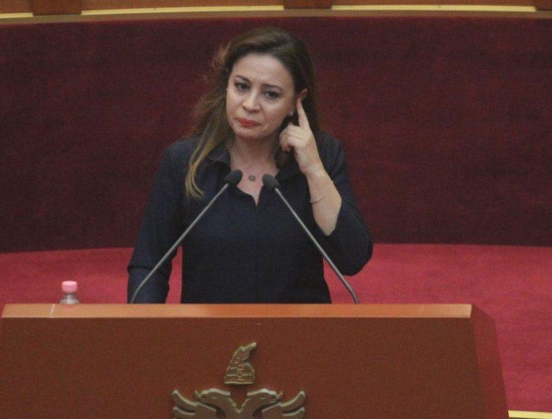 Deputetja shpërthen në lot gjatë fjalës në Kuvend: Koha për dashuri