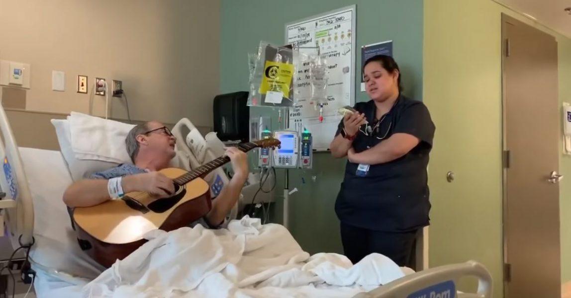 Kur dhimbja kthehet në forcë, i sëmuri me kancer dhe infermierja duet në natën e Krishtlindjeve