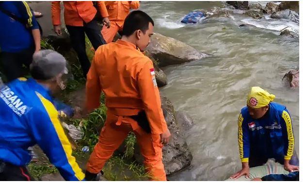 Aksident tragjik, autobuzi përfundon në lumë, 24 të vdekur