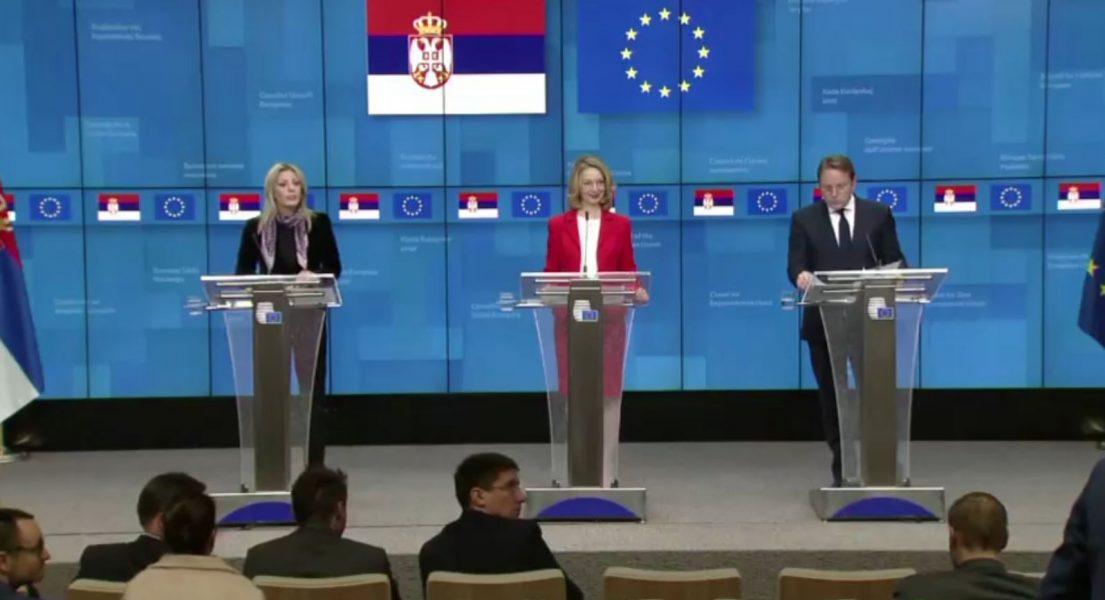 Komisioneri Varhelyi: Ne duhet të adresojmë mohimet e krimeve të luftës nga serbët në Kosovë