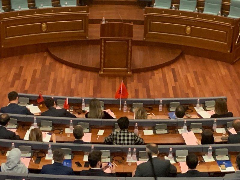 Deputetëve të Kosovës iu desh të përballeshin me këtë pamje teksa bënin betimin
