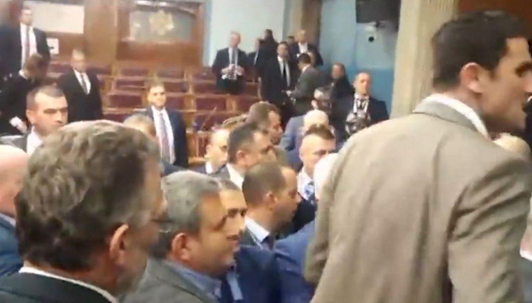 Përplasje në parlament, gjykata malazeze liron 3 ligjvënësit pro-serbë të opozitës