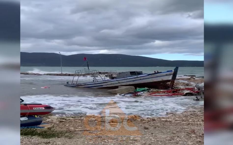 VIDEO/ Dallgët bëjnë kërdinë në Radhimë, shihni si janë shkatërruar gomonet e varkat