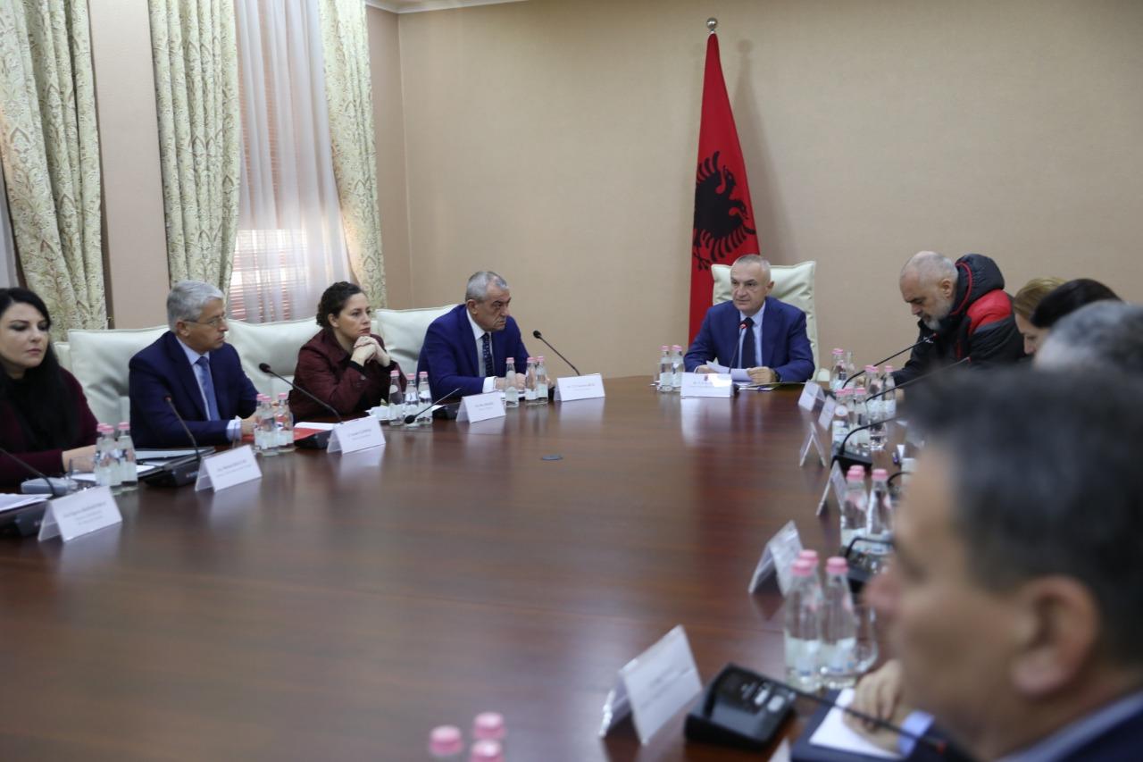 """""""Të gjenden përgjegjësit"""", Meta nxjerr detaje nga mbledhja e Këshillit të Sigurisë Kombëtare"""