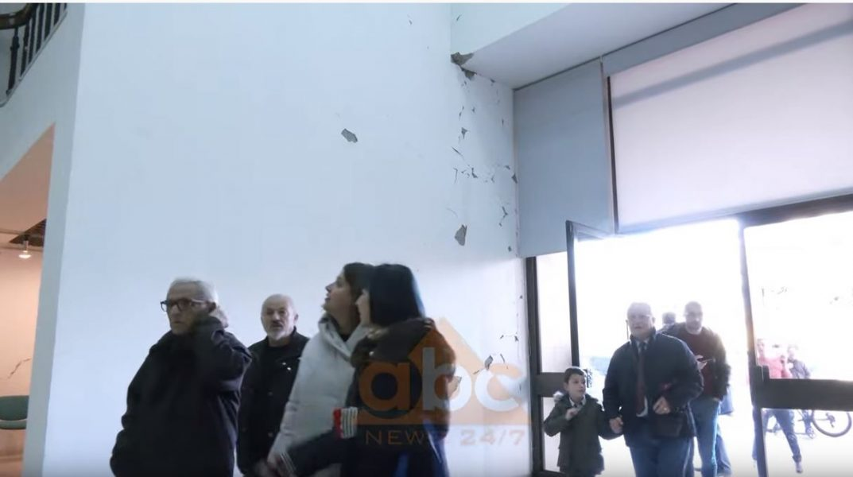 VIDEO/ Muret e Muzeut Historik Kombëtar plasariten në katër anët, puna vazhdon normalisht