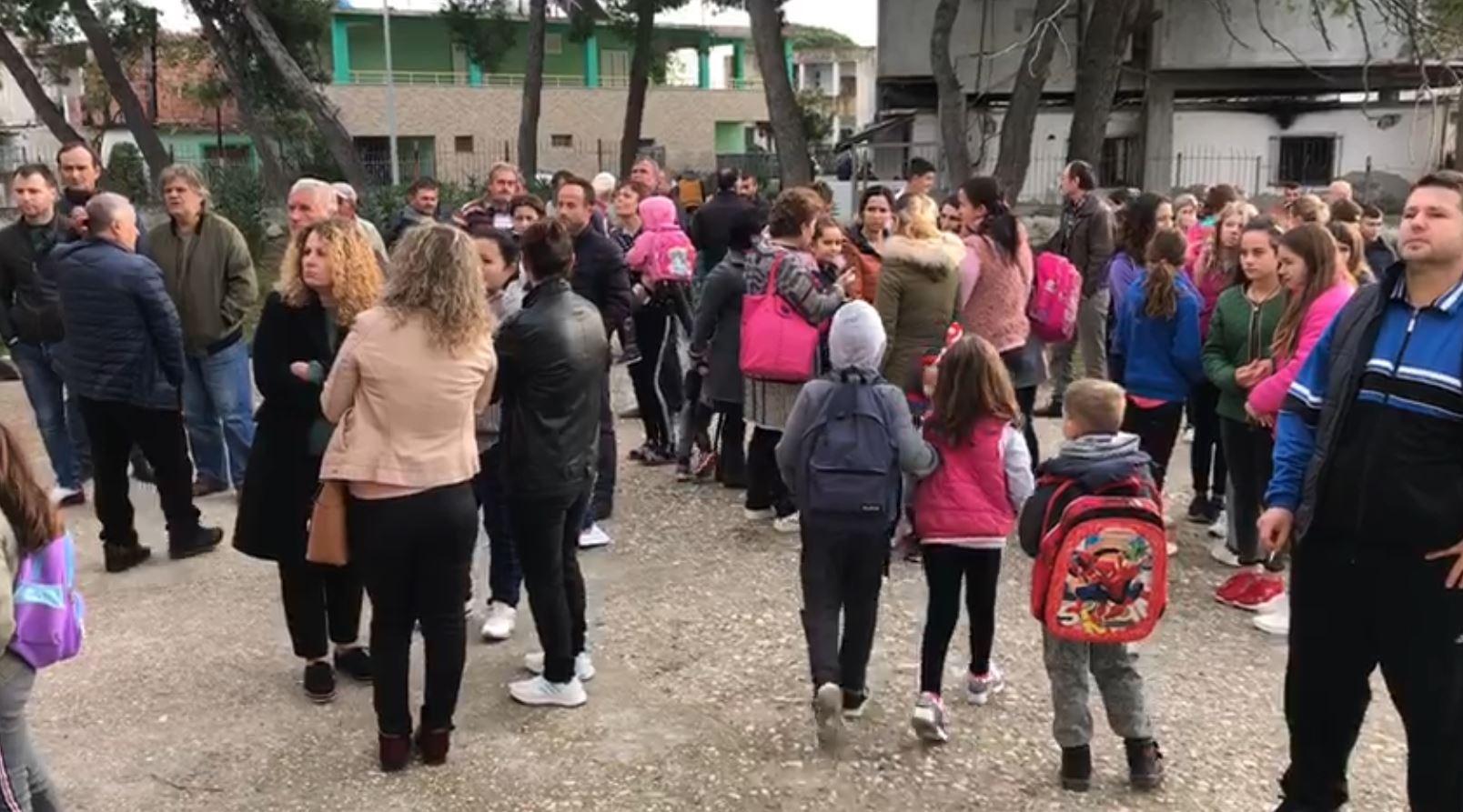 Shkolla 9-vjeçare e amortizuar në Fier, nxënësit trasferohen 4 km larg banesës