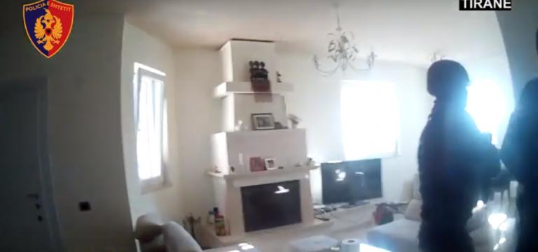 Policët futen në një shtëpi në Tiranë, gjejnë drogë dhe shumë municione