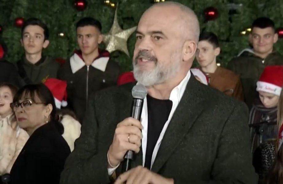 VIDEO/ Thirrje kundër Ramës në shesh gjatë ndezjes së dritave, si reagon kryeministri