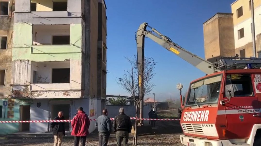 U dëmtuan nga tërmeti, IKTMT nis shembjen e 7 pallateve në Laç
