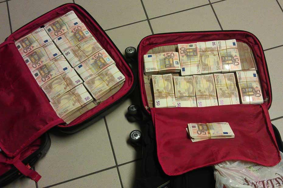 Shqiptarit i fluturojnë eurot nga valixhja: Policët e aeroportit hasen me të papriturën