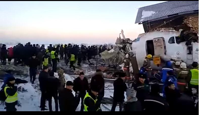 Rrëzohet avioni, 15 të vdekur, plagosen dhjetëra të tjerë