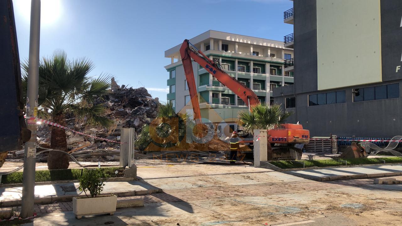 """Aksioni pas tërmetit, shembet """"Vila Verde"""" në Durrës"""