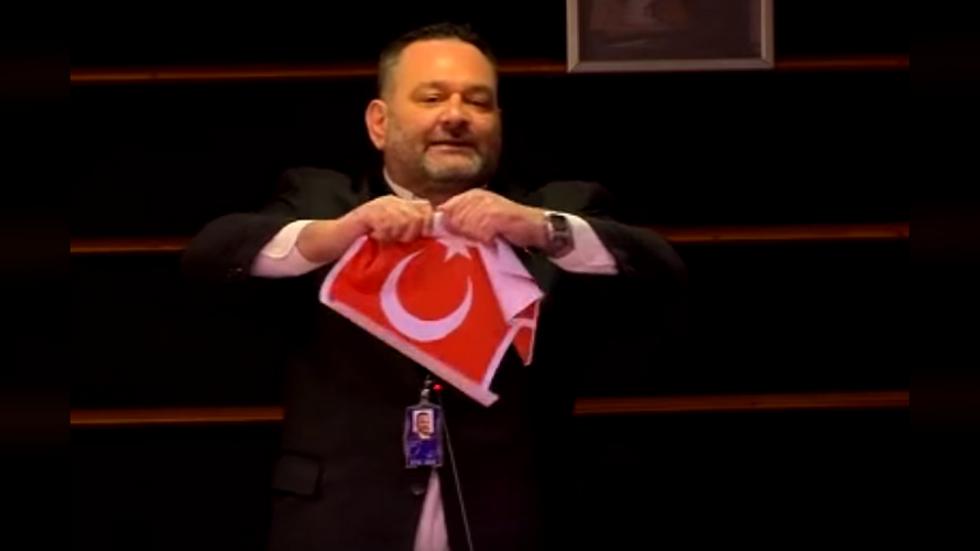 Seancë për emigracionin, eurodeputeti grek gris flamurin turk