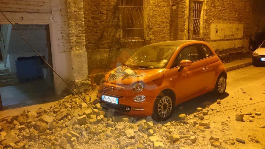 FOTO/ Era e fuqishme rrëzon murin e pallatit tek Komuna e Parisit