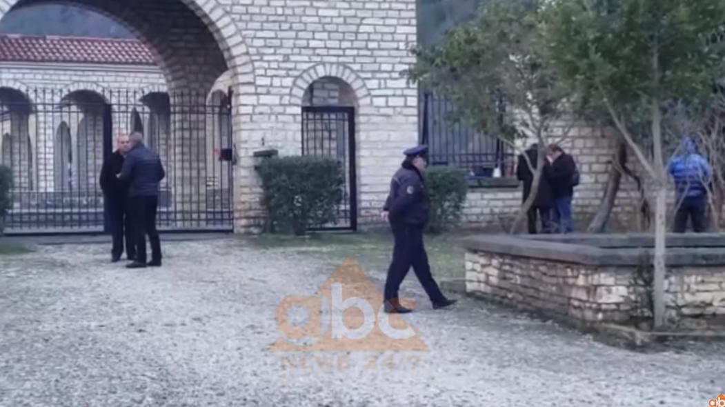 VIDEO/ Policia zbarkon në Këlcyrë, pako e dyshimtë në varrezat e ushtarëve greke