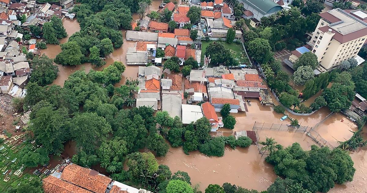 Shkon në 47 numri i viktimave nga përmbytjet në Indonezi