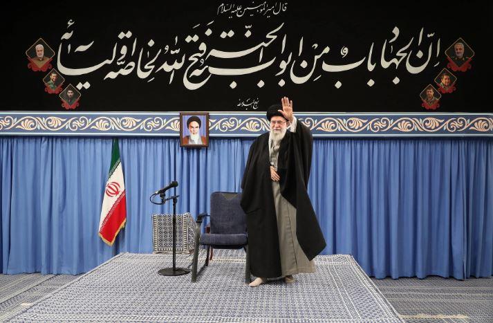 """""""Vdekje Amerikës"""" brenda në xhami, Khamenei: Trump është një klloun dhe terrorist"""