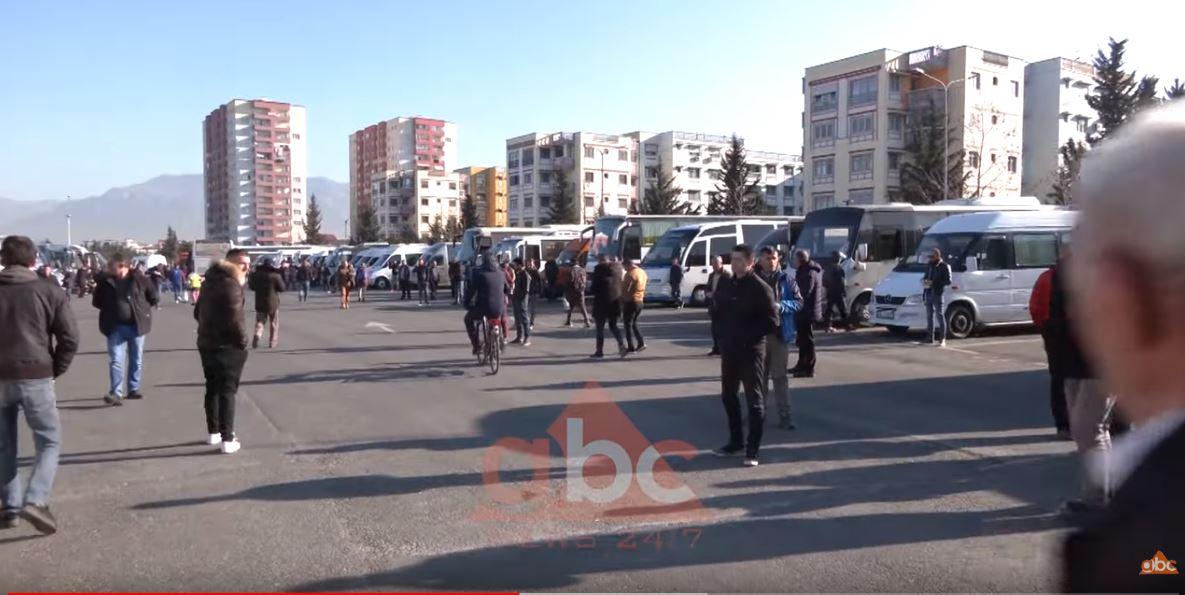 Drejtuesit e autobusëve në protestë: Zhvendosja e terminalit po na falimenton