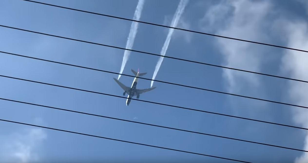 VIDEO / Avioni në fluturim shkarkon karburantin mbi një shkollë, 60 të lënduar