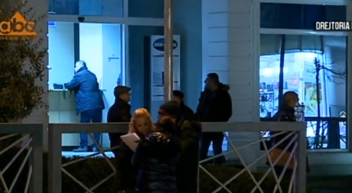 27 të arrestuar për ndërtimet, familjarët mbërrijnë në Drejtorinë e Policisë Tiranë