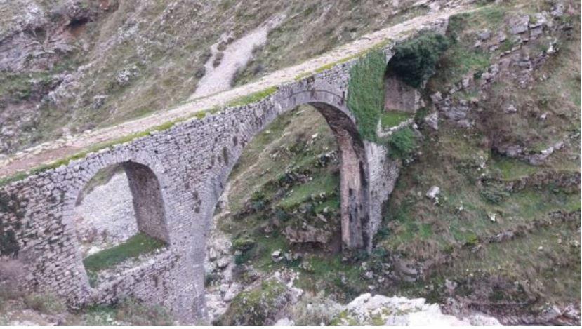 EMRI/ Burri hidhet nga ura, gjen vdekjen e menjëhershme