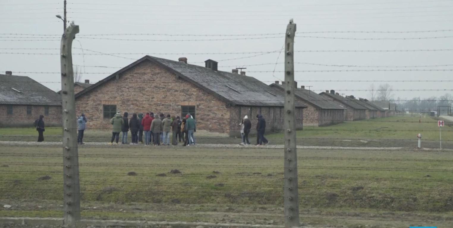 Të mbijetuarit e kampit të përqendrimit mblidhen në Aushvic për 75-vjetorin