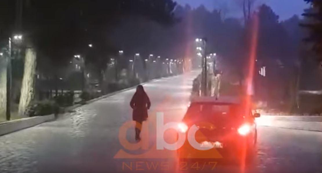 VIDEO/ Bora mbulon Llogaranë, apel drejtuesve të mjeteve: Kujdes nga ngrica!